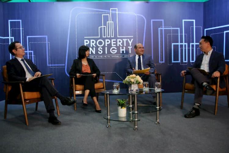 Ông Bùi Văn thảo luận tại hậu trường với các diễn giả