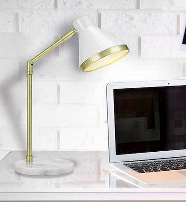 Lắp đặt đen chiếu sáng tại bàn làm việc